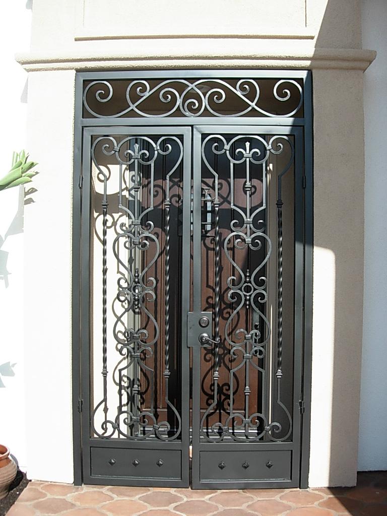 кованые решетки на двери фото означает новый лебединый